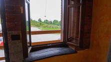I davanzali delle nostre finestre sono realizzati interamente con materiali ecosostenibili, in particolare con assi recuperate dalle botti del vino