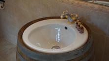 Lavandino ricavato da una botte per vinificazione precedentemente utilizzata in cascina