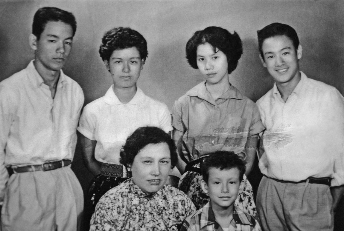 Bruce-with-his-brothers-sisters-mother-bruce-lee-26744427-1150-774.jpg