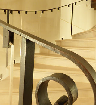 Escalier-_fer_forgé-_pléxiglas-pierr