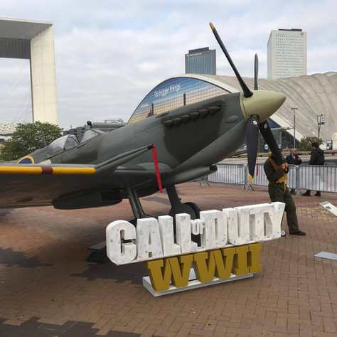 Installation d'une reproduction d'un Spitfire en résine pour la Paris Games Week 2017,