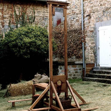 """""""JE SUIS BOURREAU 2"""" réalisé par Kevin Durand,Guillotine disponible à la Location"""