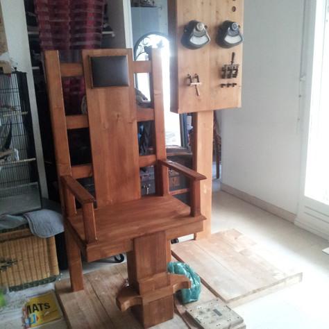 """""""JE SUIS BOURREAU"""" réalisé par Kevin Durand,Chaise électrique et panneau de contrôle disponible à la Location"""
