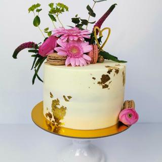 Torte weiß Blattgold Blumen Macarons