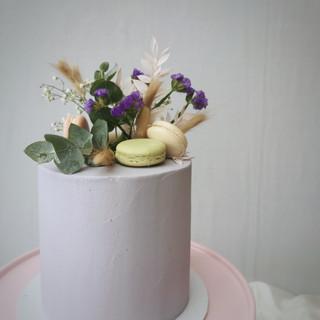 lila Torte mit Macarons & Blumen