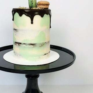 kleine Torte Schokoladendripping Macaraons