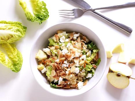 Schnelles Mittagessen: Quinoa Salat mit Apfel und Feta