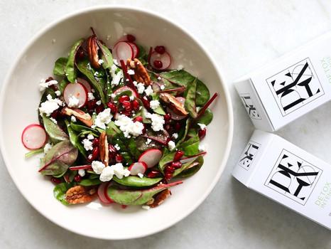 Frühlingsbote: Spinatsalat mit Radieschen, Granatapfel und Ziegenkäse