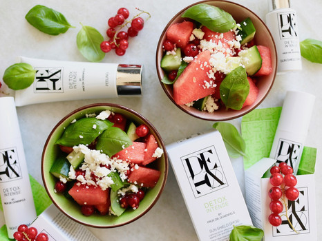 Wassermelonen-Gurken-Salat mit Feta und Johannisbeeren