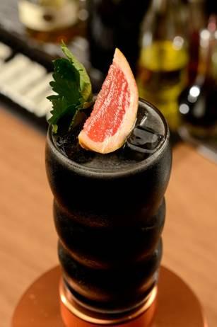 The Crow – Drink feito com carvão e tequila Jose Cuervo
