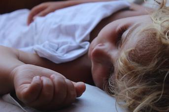 Dormindo na cama dos pais. Cama compartilhada, pode?