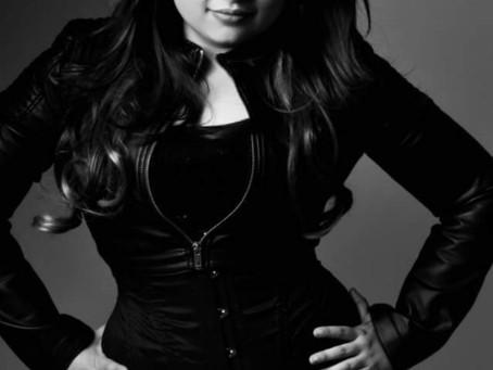 Vanessa Rafaelly promove live interpretando grandes sucessos da música