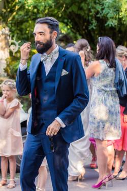 Marié en costume bleu et pochette
