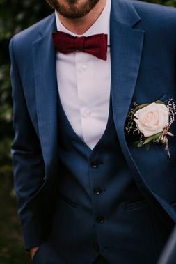 Costume Bleu cérémonie de Mariage et Accessoires Rouges - Lyon 06