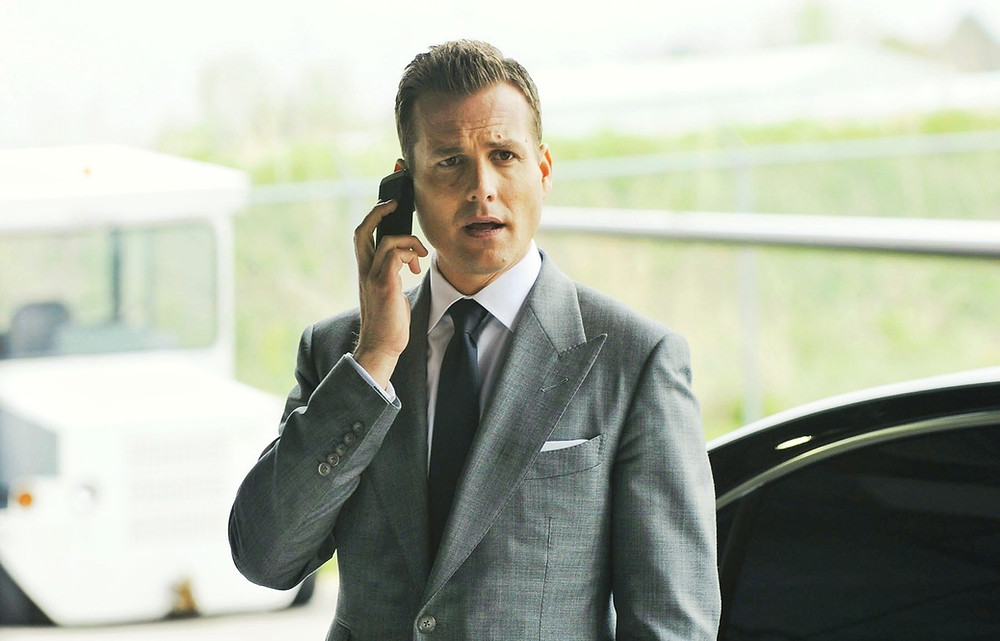 Harvey Specter en costume gris clair