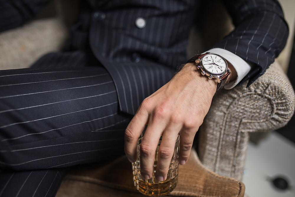 Whisky costume croisé rayé montre