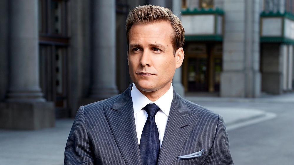 Harvey Specter en costume bleu à rayures fines