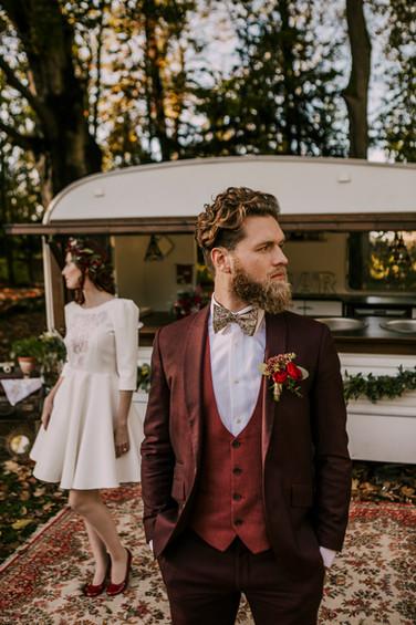Mariage champêtre costume dépareillé bordeaux et rouge - Paris