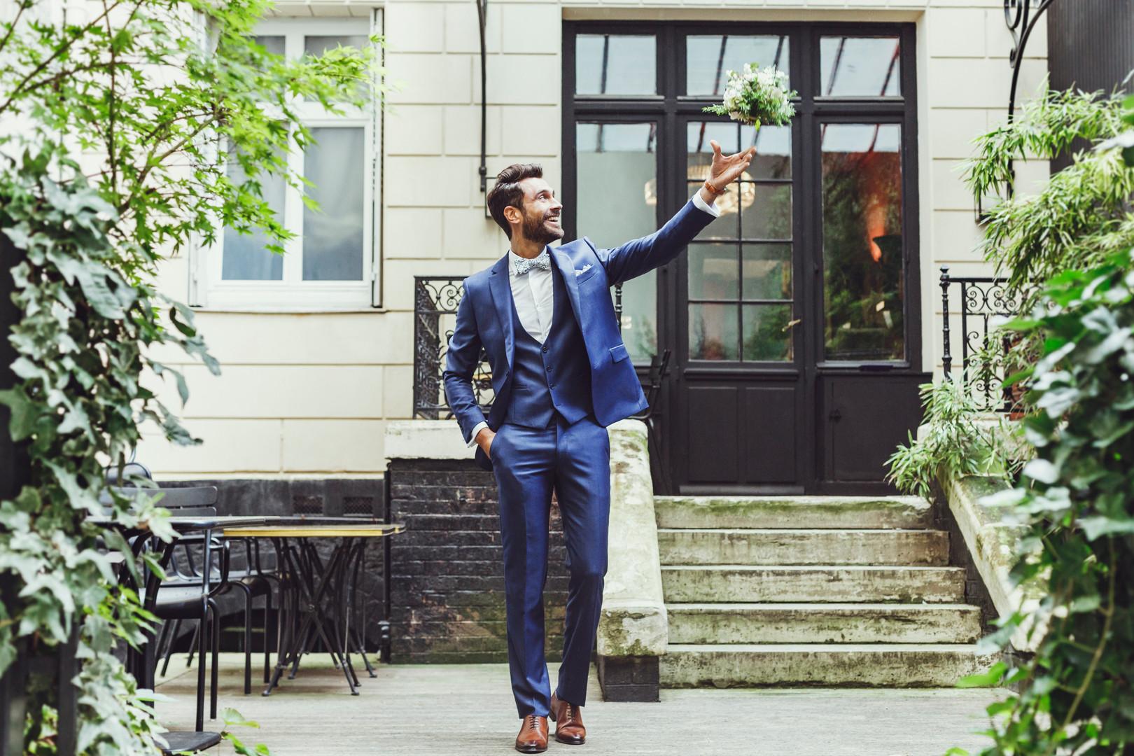 Costume de marié bleu lumineux