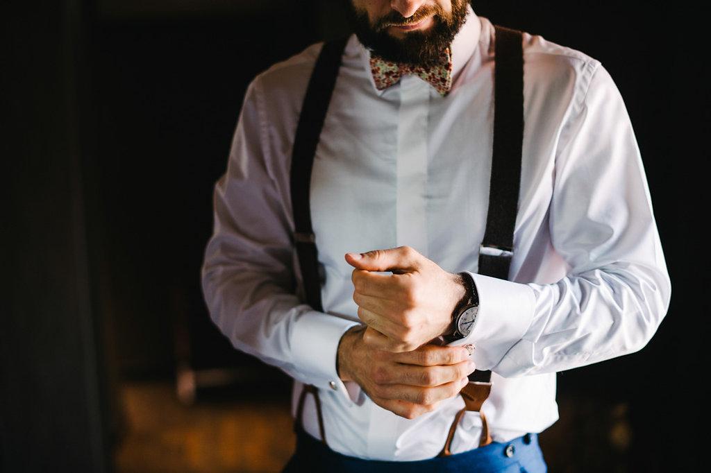 Costume porté avec des bretelles