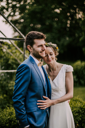Costume de mariage bleu avec acccessoire Jaune à Paris