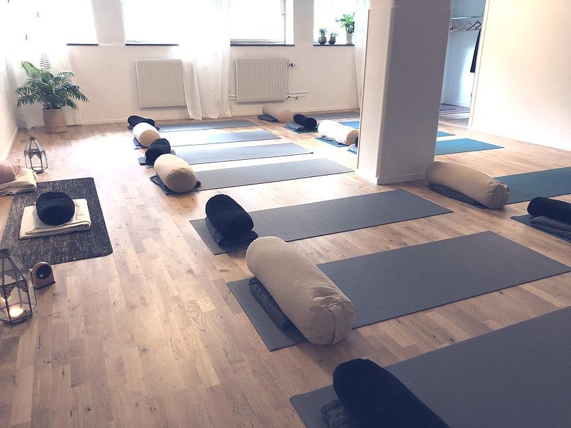 yogasalen%20solna%20yogaskola_edited.jpg