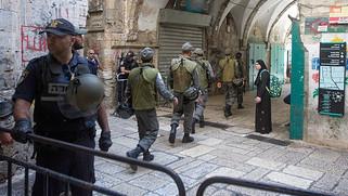 兩名以色列人遇襲被殺後,耶路撒冷舊城區架設鐵攔,禁止巴勒斯坦人進入!