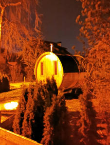 Sauna im Garten abends