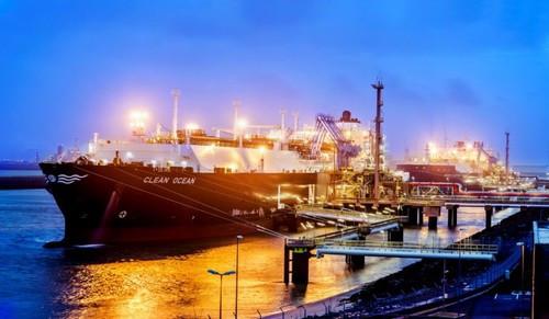 СПГ-танкеры Clean Ocean и Борис Вилькицкий во время перевалки СПГ на терминале Gate в Роттердаме (фото Gate terminal B.V.)