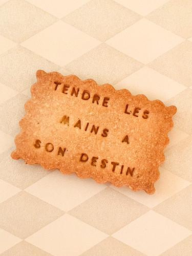 TENDRE-LES-MAINS-A-SON-DESTIN-01.jpg