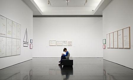 Menino jovem, em, um, museu