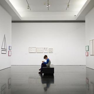 Kleiner Junge in einem Museum