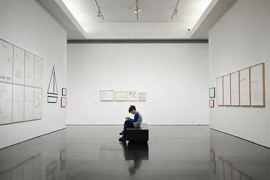 Jeune garçon dans un musée