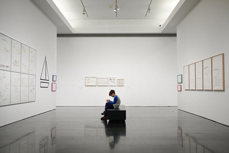 博物館的年輕男孩
