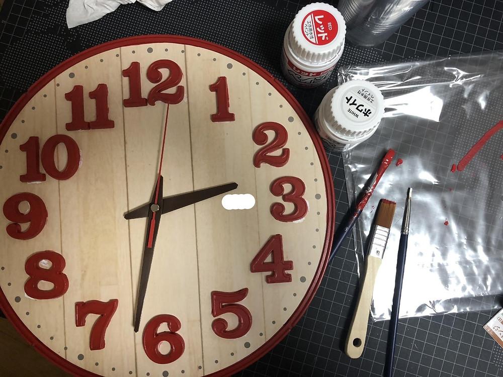 時計に筆でペンキを塗る