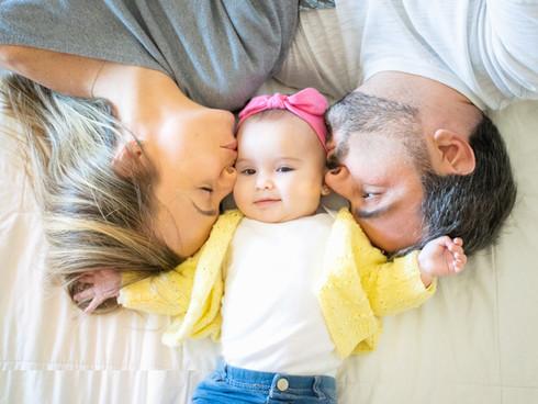 sessão de fotos do bebê com os pais