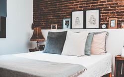 Rustik säng med kuddar