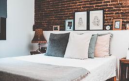 Lit rustique avec des oreillers