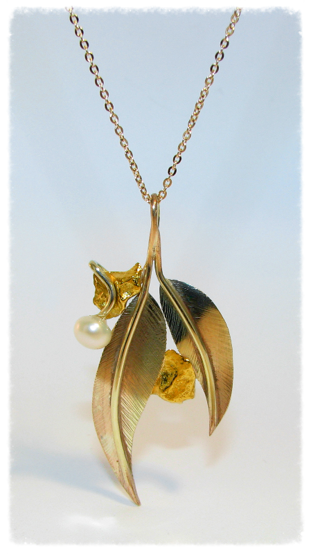 Yellow gold nugget leaf pendant