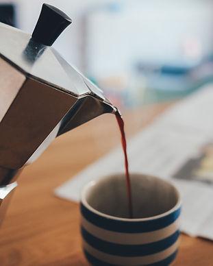 Het gieten van de koffie