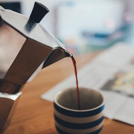 Il caffè è la bevanda dei geni: 8 personaggi che non potevano farne a meno