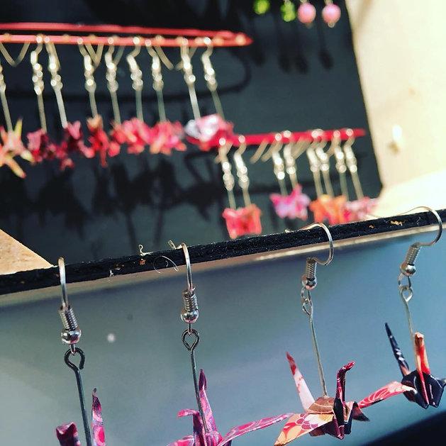 """Bijoux fait main en origami avec de jolis papiers colorés dans mon atelier boutique """"la cabane"""" à thiers"""