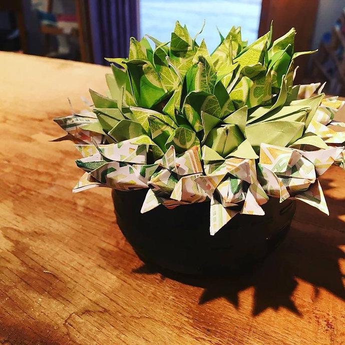 fleurs en origami fait à la main dans les tons vert et noir, fabriquées à la main dans mon atelier boutique à Thiers.