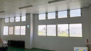 升級廠內的百葉氣窗,整合電動開窗器系統及自然排煙窗