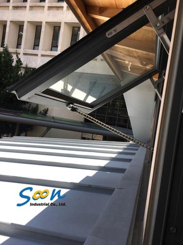 外推窗_鏈條式電動開窗器安裝於氣窗