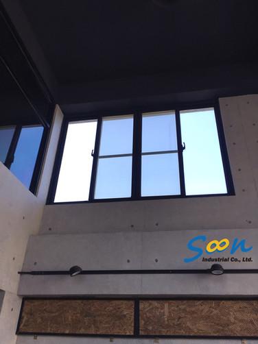 橫拉窗_電動橫拉窗開窗器安裝於挑高店面