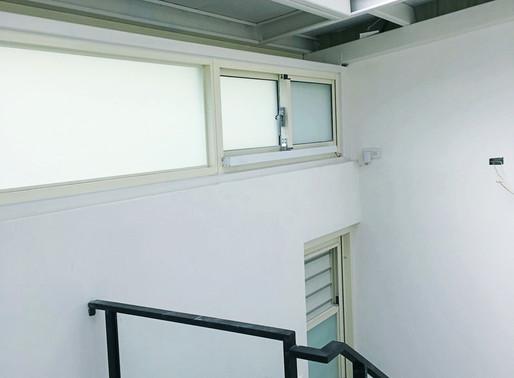 如何以電動的方式開啟橫拉窗?