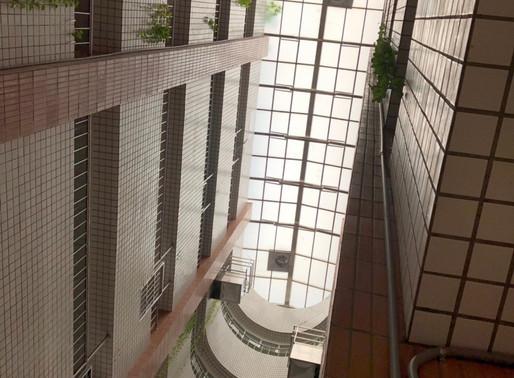 電動天窗 - 打開醫療院所中庭上方的天井窗,促進建築物內的空氣流動