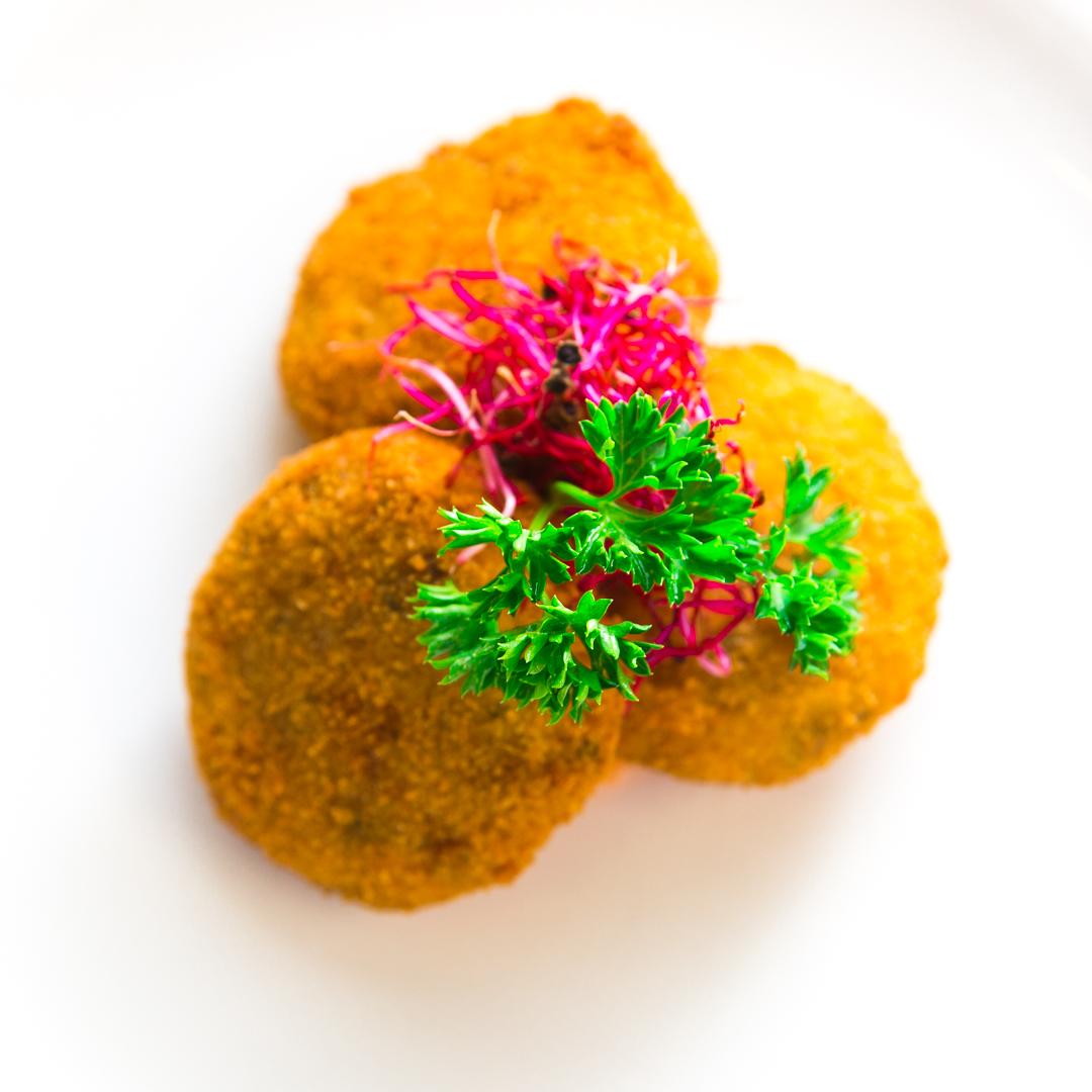 Polpetine di tonno su gazpacho