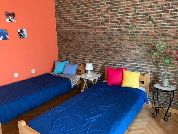 Slaapkamer beneden met 3 eenpersoons bedden